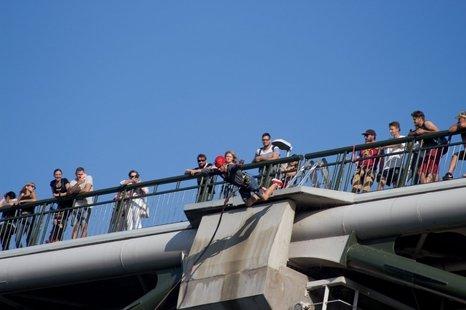 Šuoliai su virve nuo Baltosios rožės tilto Alytuje!