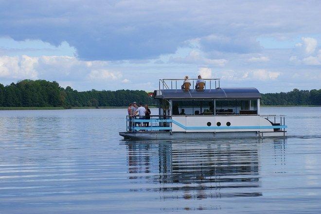 Rozrywkowy rejs tratwą po jeziorze Daugų