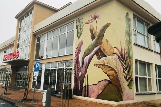 Цветочные мотивы на здании ПК Нямунас