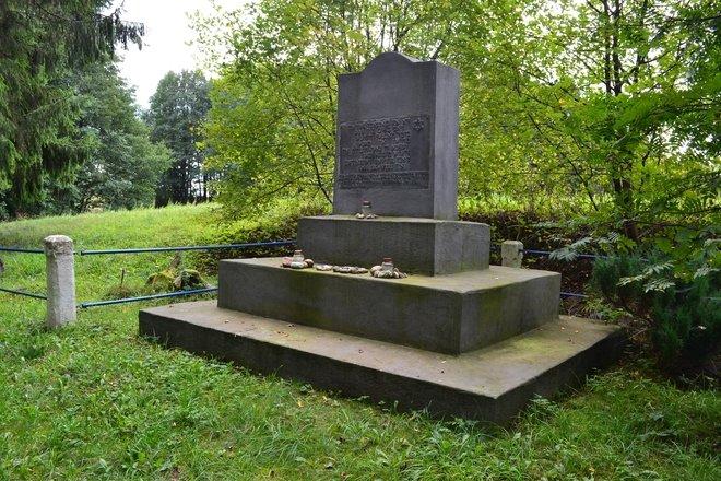 Памятник в деревне Клиджёнис