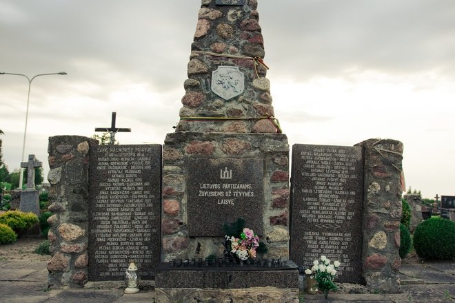 Два памятника, увековечивающих память литовских партизан в Симнасе