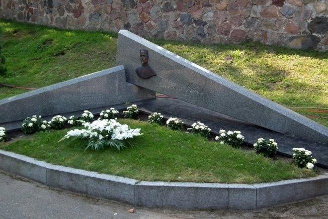 Pomnik księdzu Alfonsasu Petrulisu w Pivašiūnai