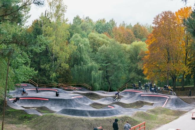 Tereny rekreacyjne parku młodzieżowego, deskorolki i boiska parkour, trasy dla rowerów górskich