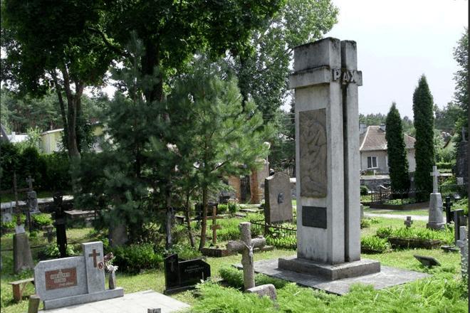 Rėklaičių šeimos kapo antkapinis paminklas